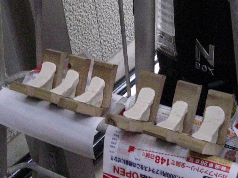 V型に防腐防虫木材を貼り粘土を乗せて台座にしようかと思いましたが