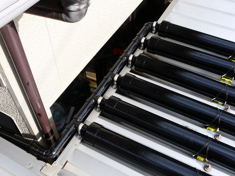 雨樋のカバーに配管のくびれた部分をサドルバンドで固定
