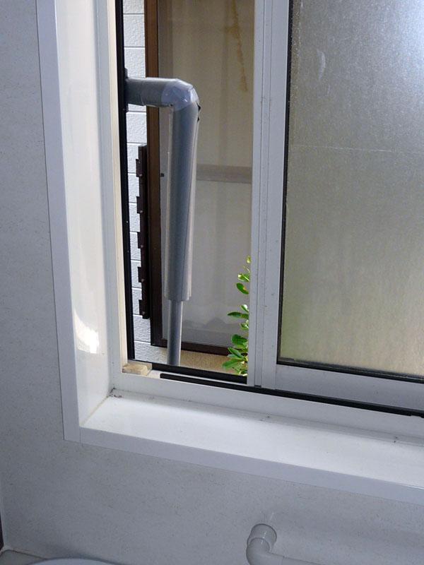 窓の外側にパイプを繋ぎ